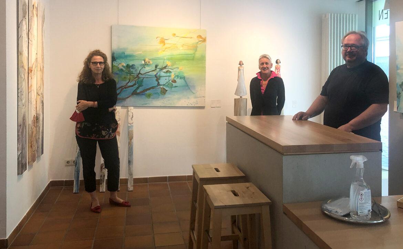 Dr. Pia Dornacher, Barbara Leicht und Thomas Herrmann in der Galerie Kunst Herrmann